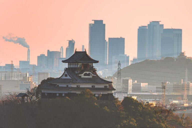 犬山城と名古屋駅ビル群(愛知県)