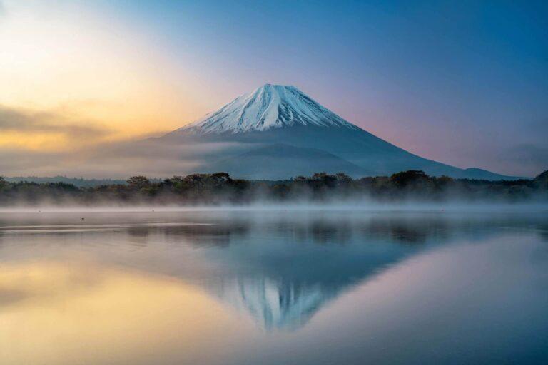 精進湖から見る富士山(山梨県)