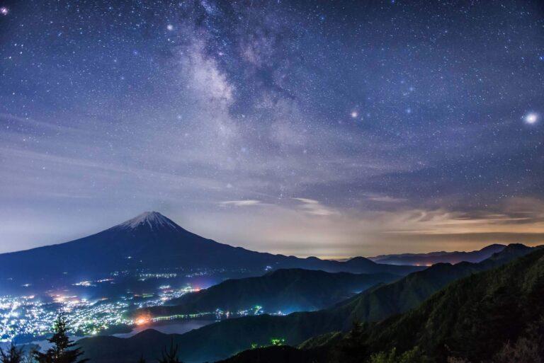 新道峠から見る富士山と天の川(山梨県)
